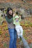 母亲和小孩山的 免版税库存照片