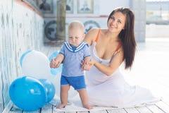 母亲和小男婴有户外气球的 免版税库存照片