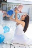 母亲和小男婴有户外气球的 免版税图库摄影
