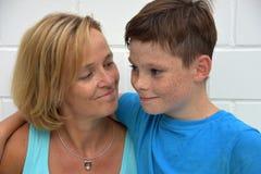 母亲和少年儿子 库存图片