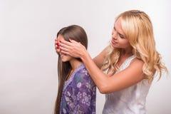 年轻母亲和少年女儿 免版税库存图片