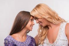 年轻母亲和少年女儿 库存图片