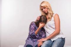 年轻母亲和少年女儿 库存照片