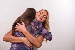 年轻母亲和少年女儿 免版税图库摄影