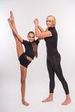年轻母亲和少年女儿 免版税库存照片