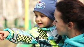 年轻母亲和幼儿 股票录像