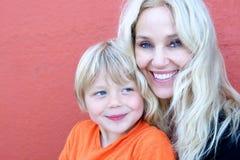 母亲和幼稚园儿子 免版税库存照片