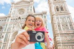 母亲和拍照片的女婴在佛罗伦萨 免版税库存图片