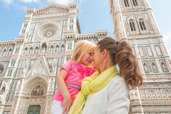 母亲和拥抱在佛罗伦萨的女婴 免版税库存照片