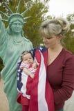 母亲和新出生的婴孩 库存图片
