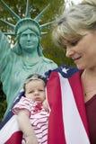 母亲和新出生的婴孩 免版税库存图片