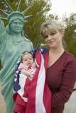母亲和新出生的婴孩 免版税库存照片