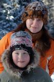 母亲和新男孩纵向在冬天寒冷日 免版税库存照片