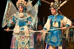 """母亲和杨Family†的儿童北京Opera""""妇女将军的比赛 免版税库存图片"""