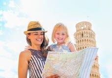 母亲和看在地图的女婴在比萨 免版税图库摄影