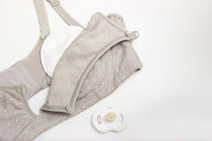 母亲和硅乳头的护理胸罩 与新的一次性乳房垫的妈妈胸罩防止牛奶流程在衣裳的 Nex 库存照片