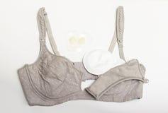母亲和硅乳头的护理胸罩 与新的一次性乳房垫的妈妈胸罩 防止流程在衣裳的牛奶,它 库存照片