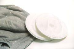 母亲和硅乳头的护理胸罩 与新的一次性乳房垫的妈妈胸罩 防止流程在衣裳的牛奶,它 图库摄影