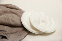 母亲和硅乳头的护理胸罩 与新的一次性乳房垫的妈妈胸罩 防止流程在衣裳的牛奶,它 免版税库存图片