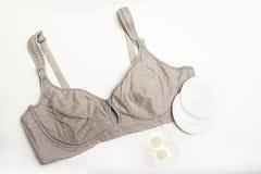 母亲和硅乳头的护理胸罩 与新的一次性乳房垫的妈妈胸罩 防止牛奶流程在的 库存照片