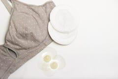 母亲和硅乳头的护理胸罩 与新的一次性乳房垫的妈妈胸罩 防止牛奶流程在的 免版税库存图片