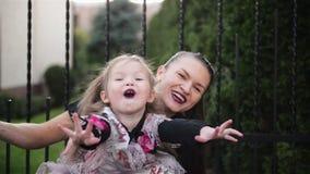 母亲和逗人喜爱的矮小的女儿画象  他们一起庆祝万圣节 股票视频