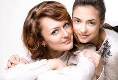 母亲和青少年的女儿 免版税库存图片