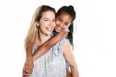 母亲和黑人女儿,隔绝在白色 库存图片