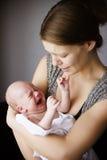 母亲和婴孩一起哭泣 库存照片