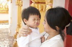母亲和婴孩亲吻 免版税库存图片