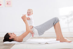 母亲和婴孩体操 图库摄影
