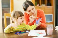 母亲和婴孩使用与水彩在家 库存图片
