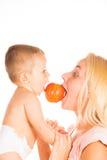 母亲和婴孩使用 免版税库存照片
