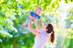 母亲和婴孩在公园 库存照片
