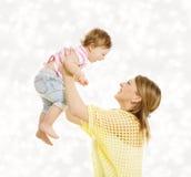 母亲和婴孩家庭画象,有妈妈的愉快的小孩 库存照片