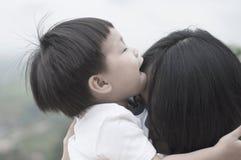 母亲和婴孩拥抱 图库摄影