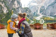 母亲和婴孩湖braies的在南蒂罗尔 免版税库存图片