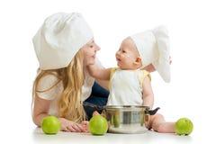 母亲和婴孩用绿色苹果 免版税图库摄影