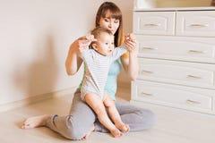 母亲和婴孩腿 第一步 免版税库存图片