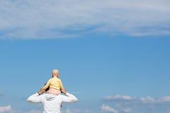 母亲和婴孩观察cloudscape 免版税图库摄影