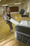 年轻母亲和婴孩(索菲娅拉尔森)插入物完成了国会竞选的, 2006年11月选票,入一电子scann 免版税库存照片