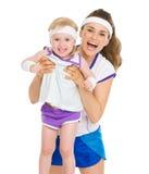 母亲和婴孩画象网球衣裳的 免版税库存图片