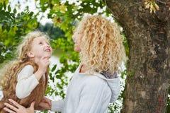母亲和daugther谈话在公园 免版税库存图片