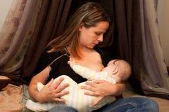 母亲哺乳的女婴 免版税图库摄影