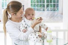 母亲哺养的婴儿食品 免版税图库摄影