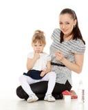年轻母亲喂养她的婴孩。 免版税库存照片