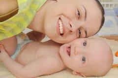 母亲喜欢使用与她的五个月男婴 免版税库存图片
