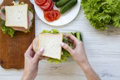母亲在午餐盒投入三明治 顶视图 免版税库存图片