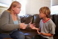 母亲在家告诉儿子 库存图片