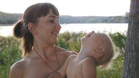 母亲在手边继续婴孩使用与球 影视素材
